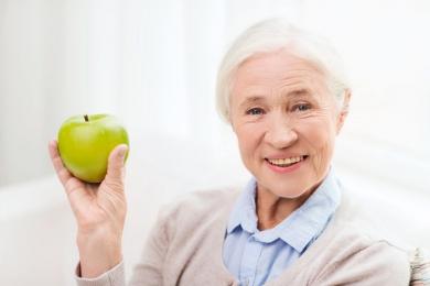 Как поставить пенсионеру зубные протезы бесплато?